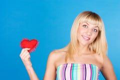 Signe de coeur de jour de Valentines de fixation de femme images stock