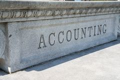Signe de comptabilité découpé dans la pierre Photo libre de droits