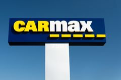 Signe de concessionnaire de Carmax et logo de marque déposée images stock