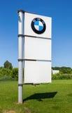 Signe de concessionnaire de BMW contre le ciel bleu Photographie stock libre de droits