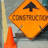 Signe de construction en avant photos stock