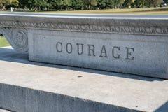 Signe de courage découpé dans la pierre Images stock