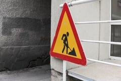 Signe de courses sur route raccrochant sur une fin de barrière images libres de droits