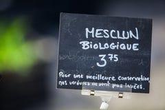 Signe de craie vendant le mélange organique de mesclun au marché image libre de droits