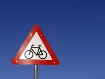 Signe de cyclistes en avant images stock