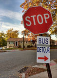Signe de détour d'autobus avec une flèche rouge attachée à un signe d'arrêt image libre de droits