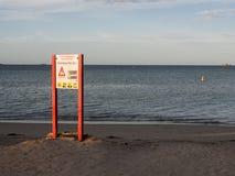 Signe de danger pour le banc de sable vers l'île de pingouin, Australie occidentale photos libres de droits