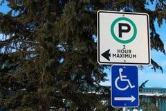 Signe de deux heures et d'handicap de stationnement Image stock