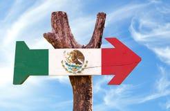 Signe de drapeau du Mexique avec le fond de ciel images stock