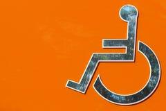 Signe de fauteuil roulant d'handicap pour la carte de travail photo libre de droits