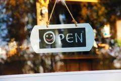 Signe de fenêtre de porte ouvert Photographie stock