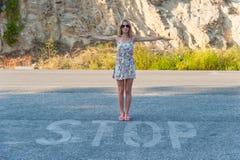 Signe de fille et d'arrêt Photo libre de droits