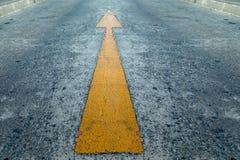 Signe de flèche jaune expédiée sur le chef de file des affaires de route concentré Photographie stock