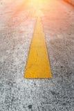 Signe de flèche jaune expédiée sur le chef de file des affaires de route concentré Photos libres de droits