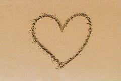 Signe de forme de coeur d'amour sur le sable Photographie stock