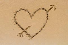 Signe de forme de coeur d'amour sur le sable Image stock