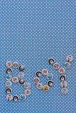 Signe de garçon Annonce de bébé Fond bleu de points de polka Photos libres de droits