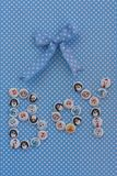 Signe de garçon Idée de fête de naissance Fond bleu de points de polka Photos libres de droits