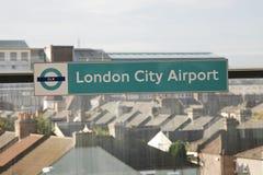 Signe de gare de DLR, aéroport de ville de Londres Images stock