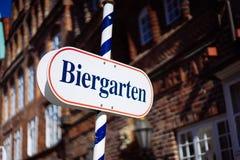 Signe de jardin de bière Le bouclier ouvert en allemand biergarten des vacances ensoleillées Vieux buildung allemand traditionnel photographie stock libre de droits