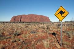 Signe de kangourou à côté d'Uluru Image stock