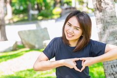Signe de l'adolescence asiatique de coeur de main d'exposition de concept sain d'amour Photo libre de droits