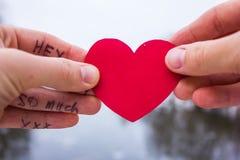 Signe de l'amour dans la main de la fille sur un fond de la rivière Image stock