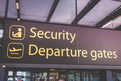 Signe de l'information montrant la manière aux départs et la sécurité à la bruyère Image stock