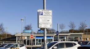 Signe de l'information de stationnement énonçant les termes et conditions d'overstaying photographie stock libre de droits
