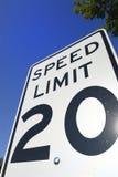Signe de la limitation de vitesse 20 photographie stock libre de droits