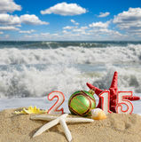 Signe de la nouvelle année 2015 avec la boule de coquillages, d'étoiles de mer et de Noël Photos libres de droits