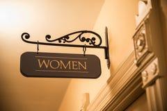 Signe de la salle de bains de femmes de fantaisie accrochant au-dessus de la porte Images libres de droits