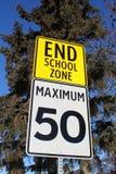 Signe de limitation de vitesse à la fin de la zone d'école Photographie stock libre de droits