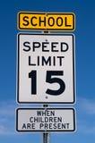 Signe de limitation de vitesse d'école Image libre de droits