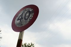Signe de limitation de vitesse limite de quarante kilom?tres photo stock