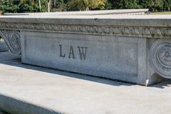 Signe de loi découpé dans la pierre Photos stock