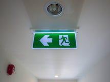 Signe de lumière de sortie de secours et x28 ; fire& x29 ; Image stock