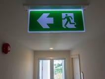 Signe de lumière de sortie de secours et x28 ; fire& x29 ; Photos stock