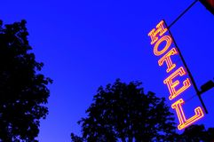 Signe de lumière rouge d'hôtel au crépuscule Photos libres de droits