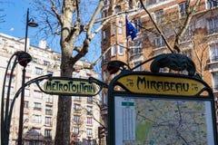 Signe de métro de Paris à la station Mirabeau - Paris, France photos stock