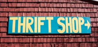 Signe de magasin d'articles d'occasion au profit d'oeuvres de charité Photographie stock libre de droits