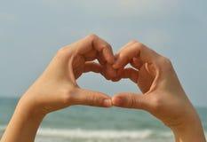 Signe de main d'amour avec la forme de coeur Photos libres de droits