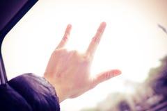 Signe de main d'amour avec la voie brouillée de train au fond, trave d'amour Photographie stock