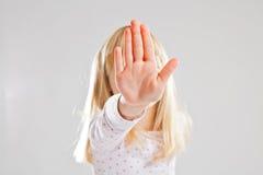 Signe de main d'arrêt d'apparence de jeune fille Photo libre de droits