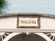 Signe de maison de marina au-dessus de signe de cottage d'érable d'arcade Images stock