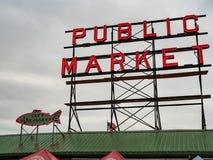 Signe de marché public à la tache de touristes de place de Pike avec le ciel obscurci images libres de droits