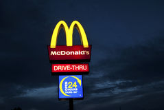 Signe de McDonalds la nuit Photos stock