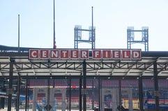 Signe de milieu de terrain au village de stade de base-ball, St Louis du centre Image stock