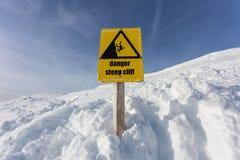 Signe de montagne de falaise raide de danger Photo libre de droits