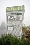 Signe de motel avec le sauna de station thermale TV par câble de regroupement Image libre de droits